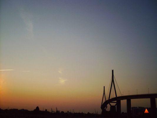 Köhlbrandbrücke bei Sonnenaufgang