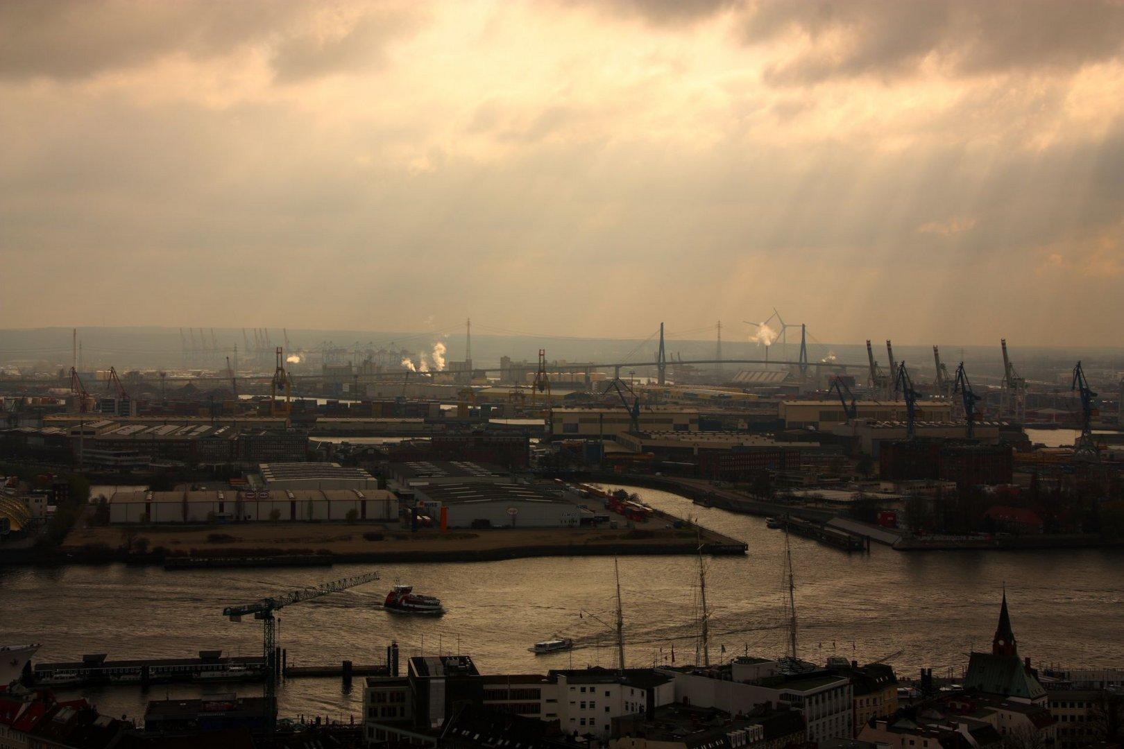 Köhlbrandbrücke mit Hafen vom Michel aus gesehen.
