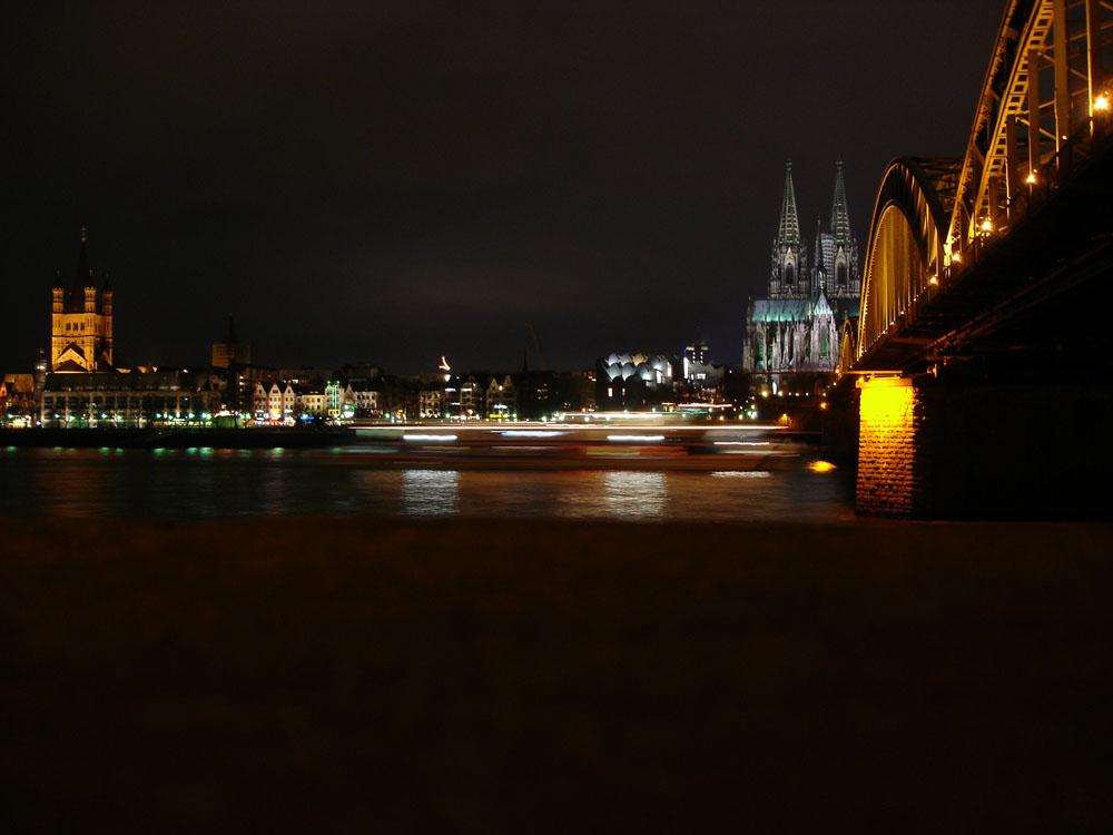 Köln bei Nacht mit Schiff