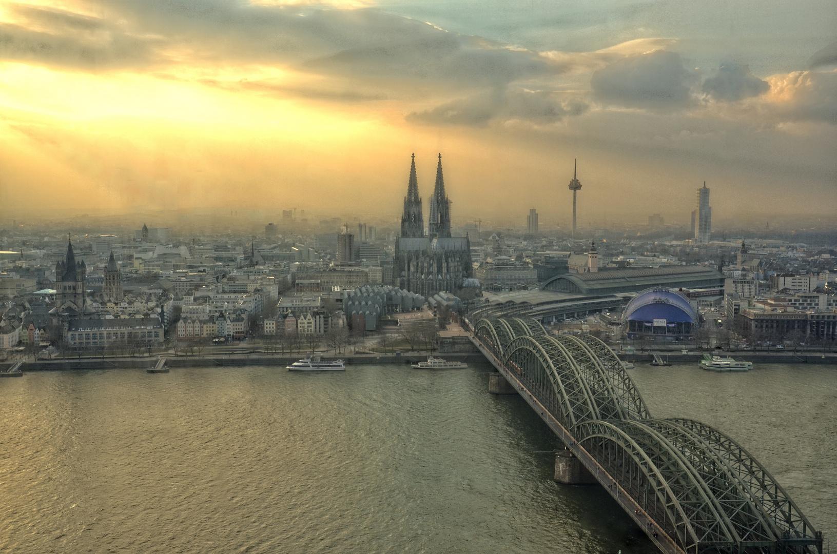 Köln getaucht ins Abendlicht
