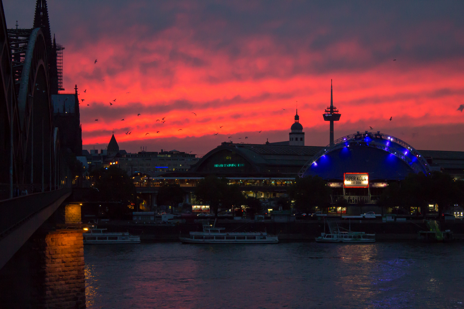 Köln -> Hohenzollernbrücke mit Blick auf die Oper