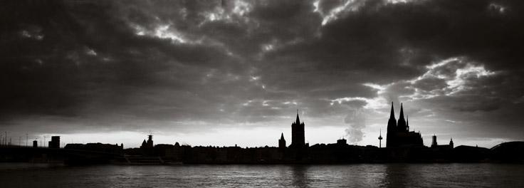 Köln Rhein bei Dämmerung