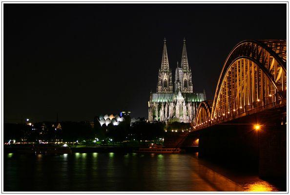 Kölner Dom bei Nacht (neue Version mit kürzer Belichtungzeit)