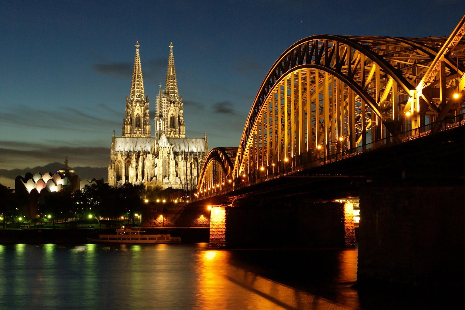 Kölner Dom, Hohenzollernbrücke und Rheinwasser in Langzeitbelichtung