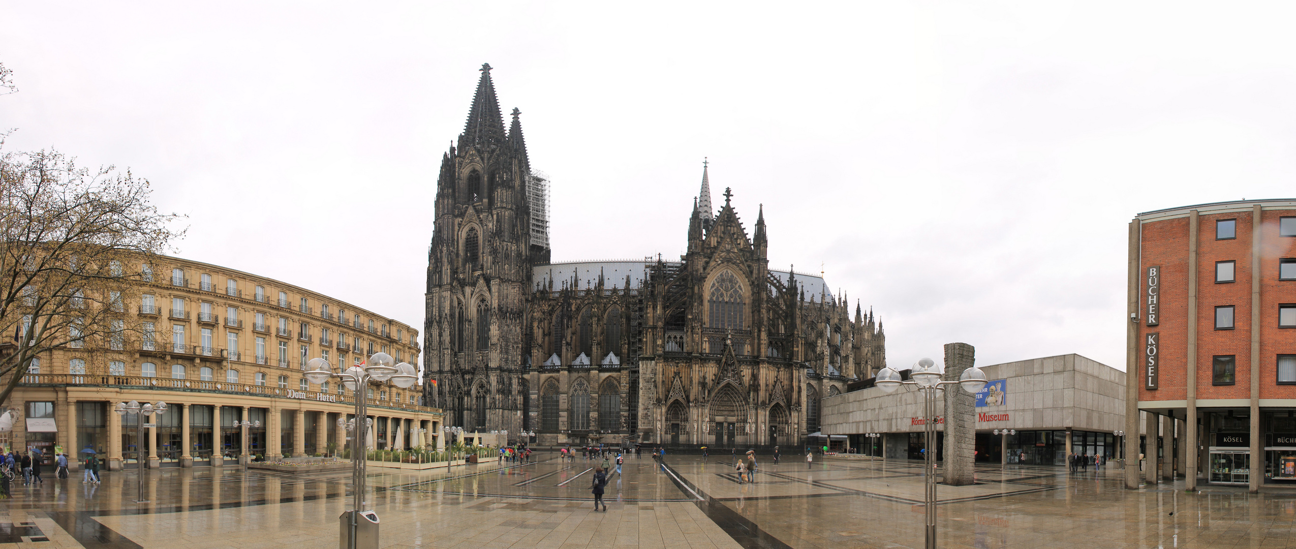 Kölner Dom im Regen am 09-04-2012