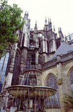 """Kölner Dom mit Petrusbrunnen genannt """"Drüjje Pitter"""""""