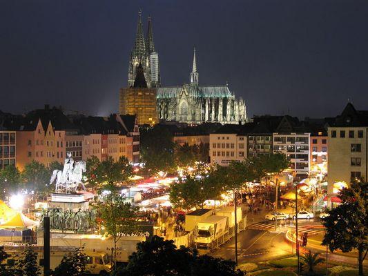 Kölner Dom und Heumarkt bei Nacht