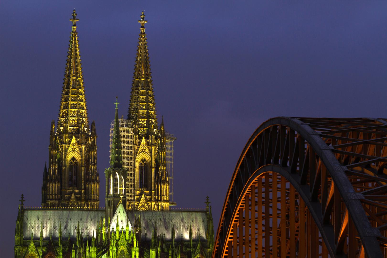 Kölner Dom und Hohenzollernbrücke bei Dämmerung