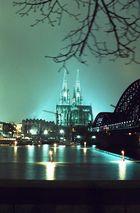 Kölner Dom und Hohenzollernbrücke bei Nacht (Hochformat)