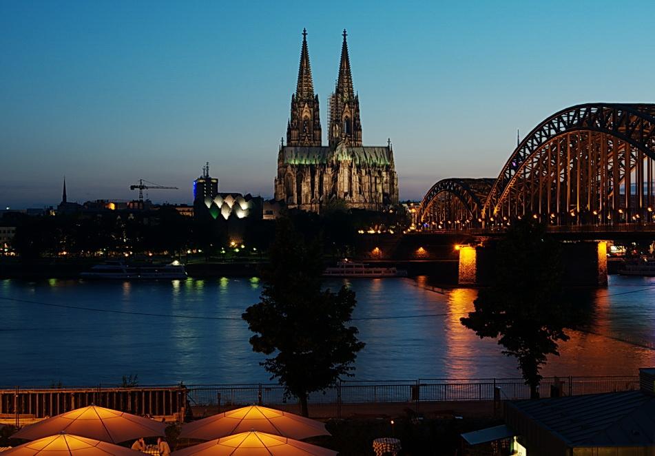Kölner Dom und Hohenzollernbrücke zur blauen Stunde