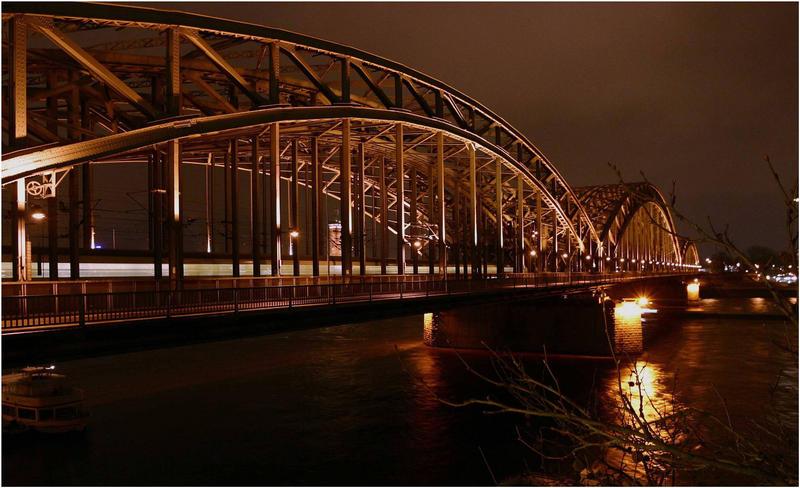 Kölner Hohenzollernbrücke bei Nacht