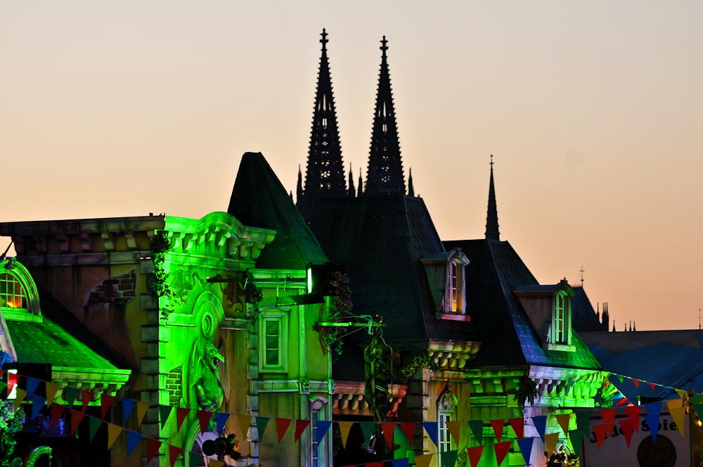 Kölner Kirmes und der Dom wacht im Hintergrund