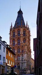 Kölner Rathausturm abends