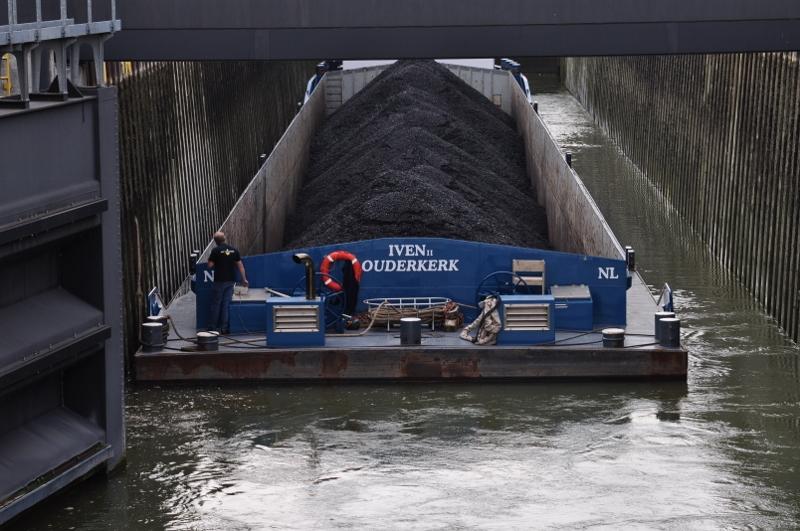 Kohleschiff an der Schleuse Werries am Hamm-Datteln-Kanal