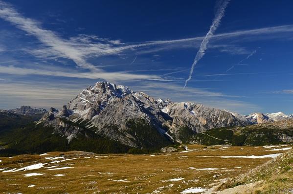 Kondensstreifen am Dolomitenhimmel