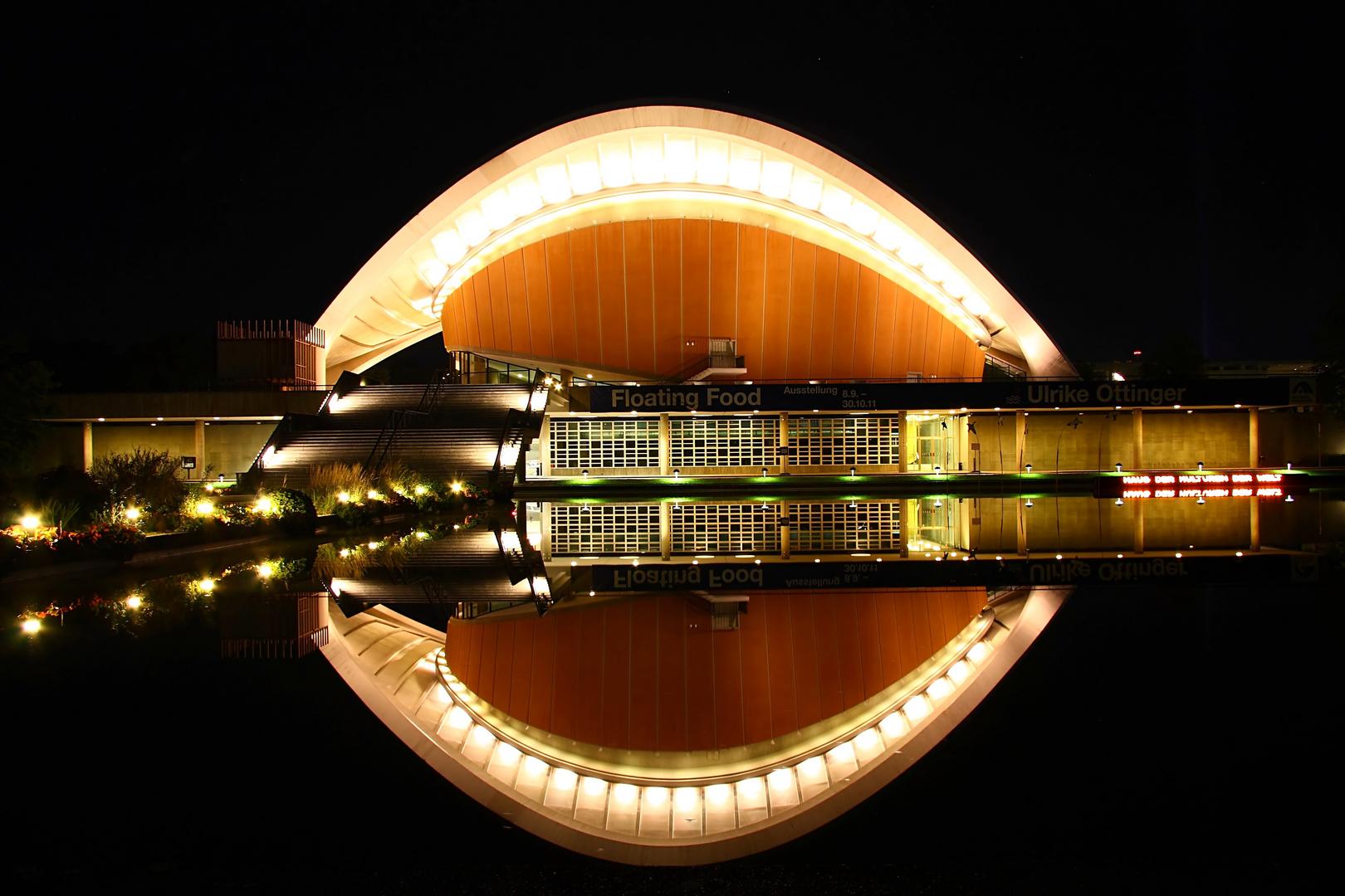 Kongresshalle bei Nacht