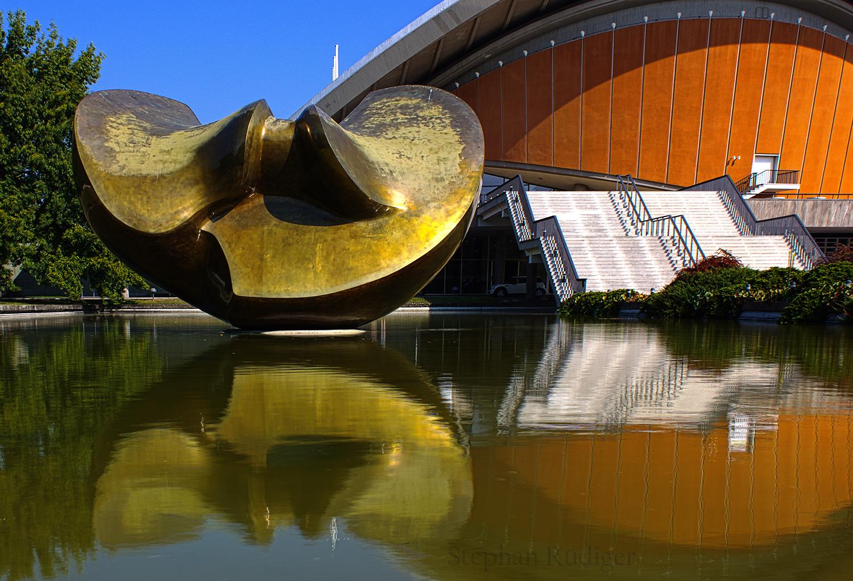 Kongresshalle mit Plastik von Henry Moore