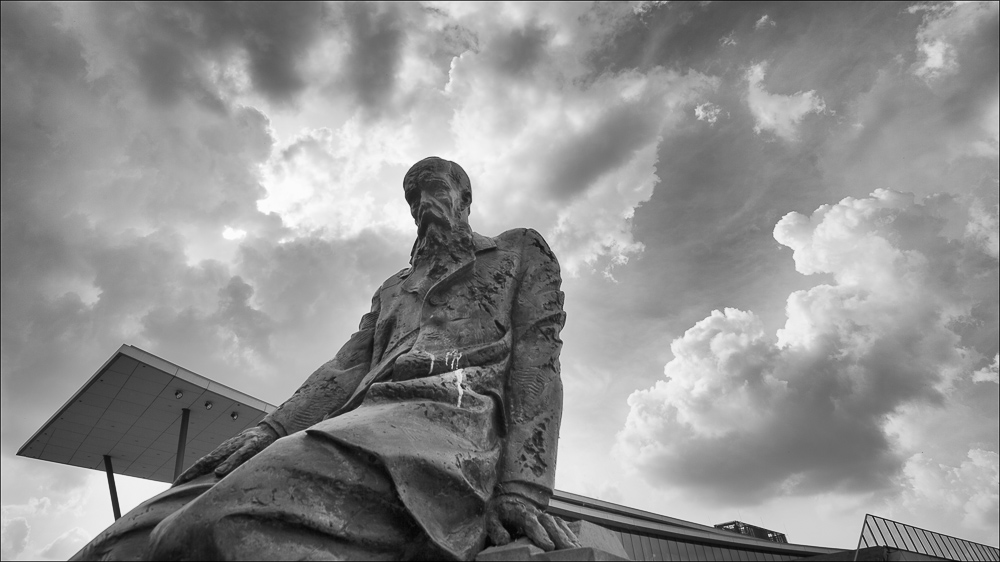 Kongresszentrum teilweise verdeckt durch Dostojewsky