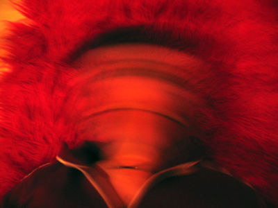 Kopf ohne Gesicht auf rotem Flokati ;o))