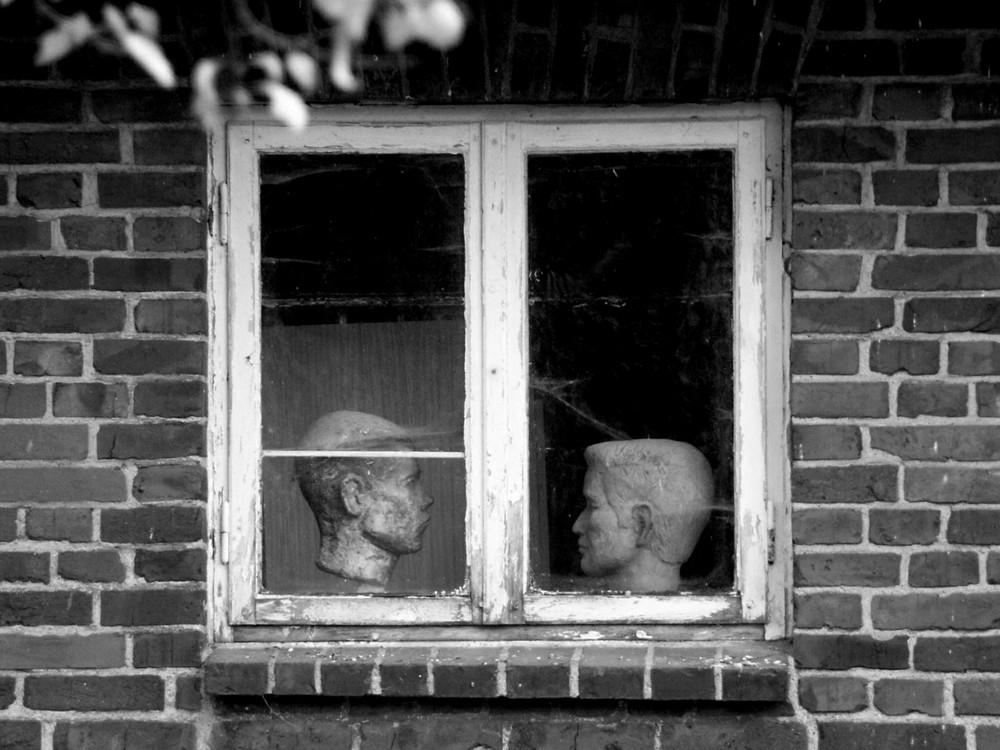 Kopflastiger Dialog am Fenster