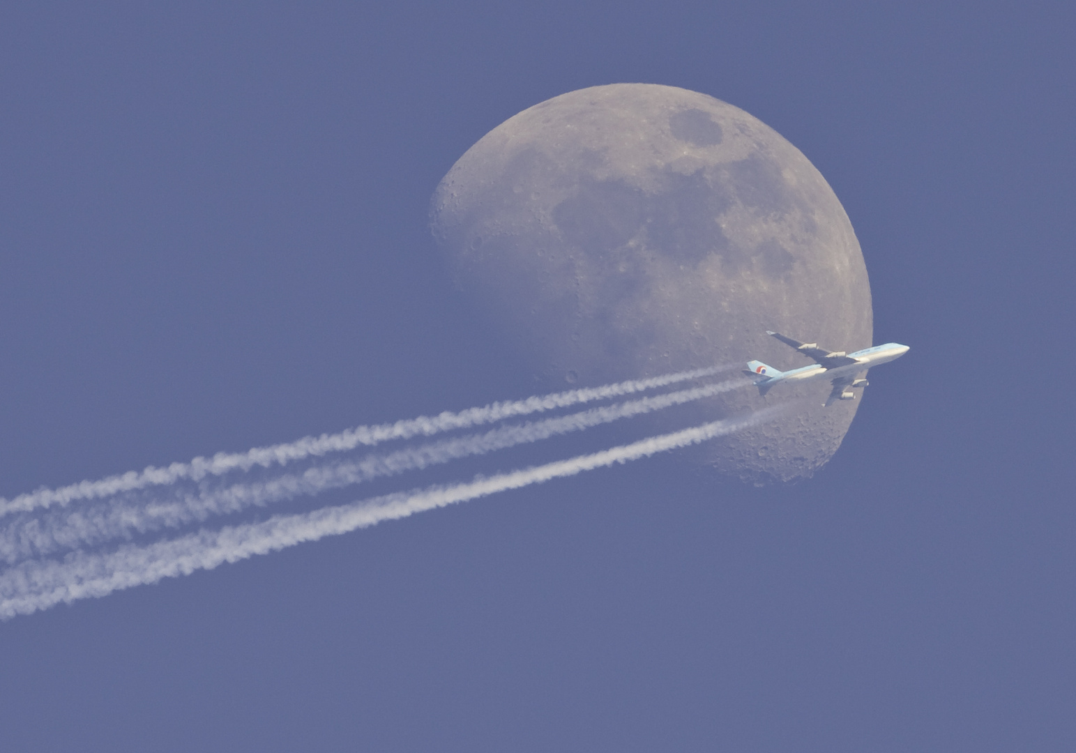 korean air devant la lune le jour