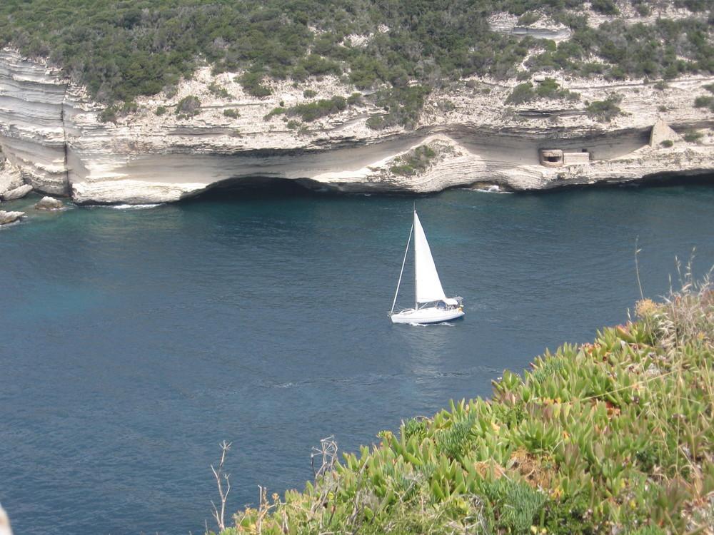 Korsika - Segler in der Hafeneinfahrt von Bonifacio