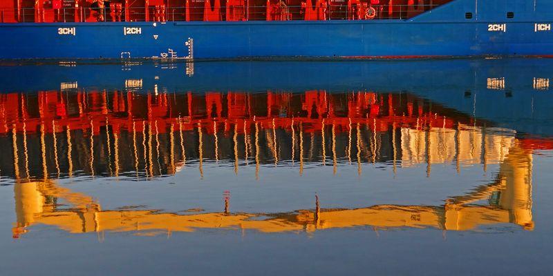 Kräne im Wasser