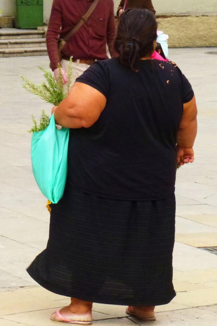 Kräuterverkäuferin auf einer Straße, sonntags im spanischen Valencia