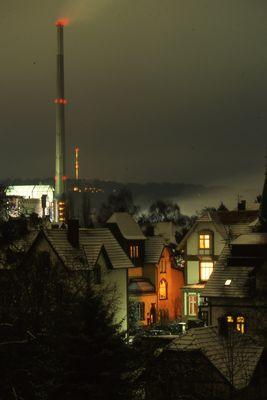 Kraftwerk bei Nacht und Schnee