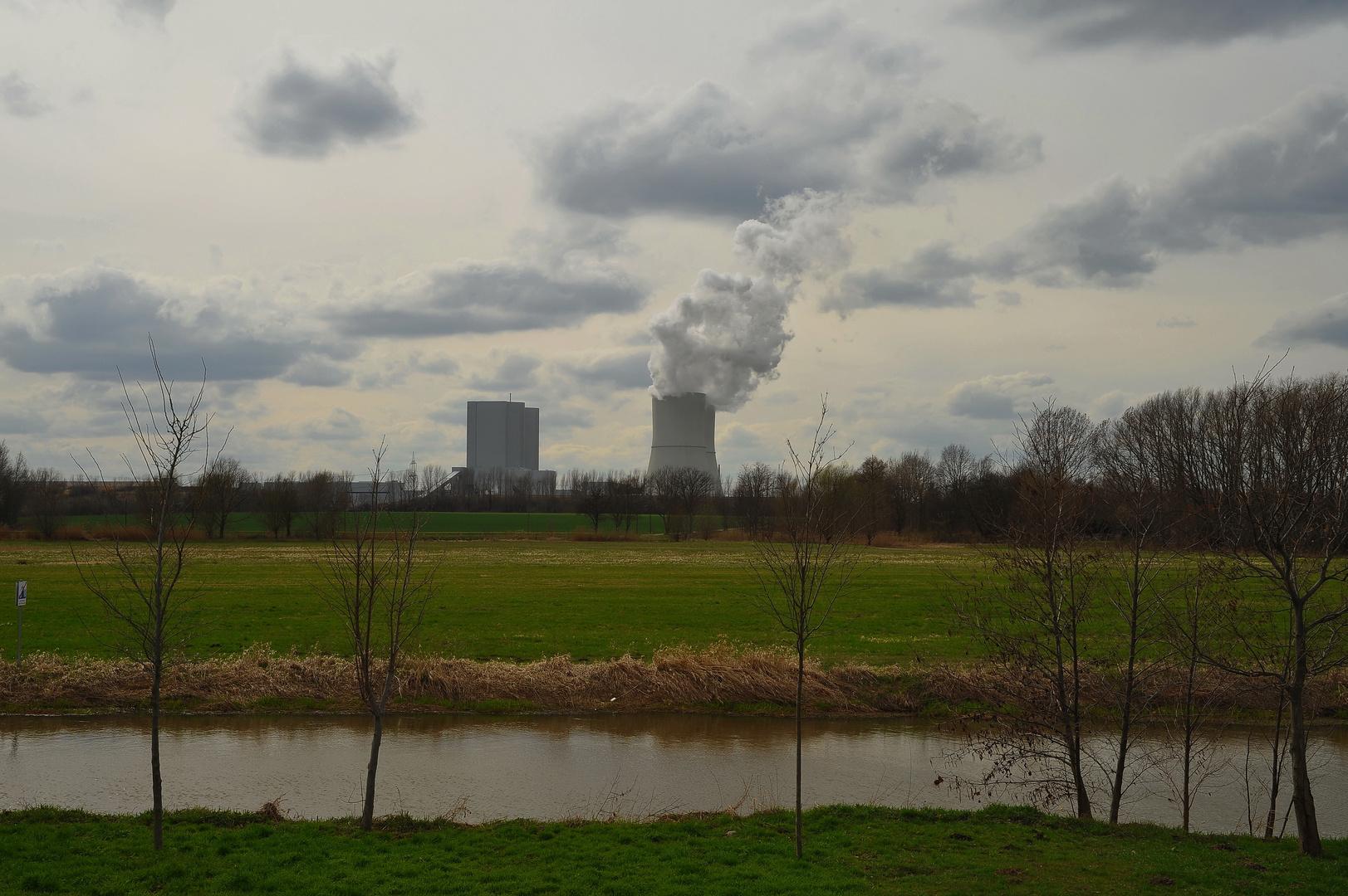 Kraftwerk im Frühling