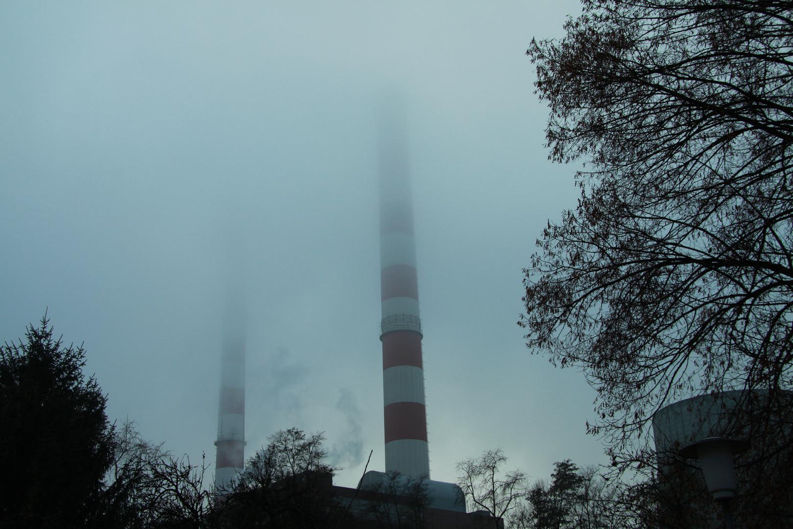 Kraftwerk Ingolstadt mit endlosen Schornsteinen..