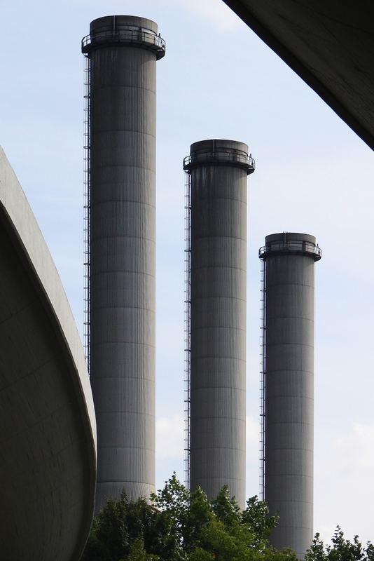 Kraftwerk zwischen Autobahn, Berlin