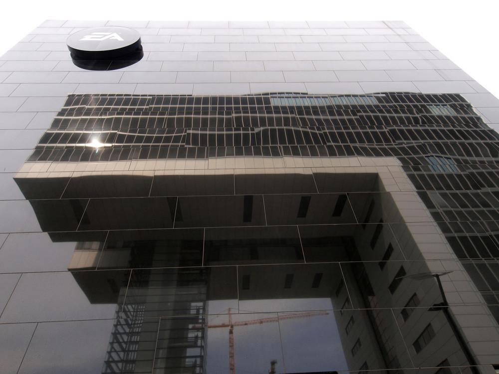 Kranhaus am Rheinauhafen, Köln (im EA Gebäude gespiegelt)