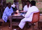 Krankenschwester bei Büroarbeit