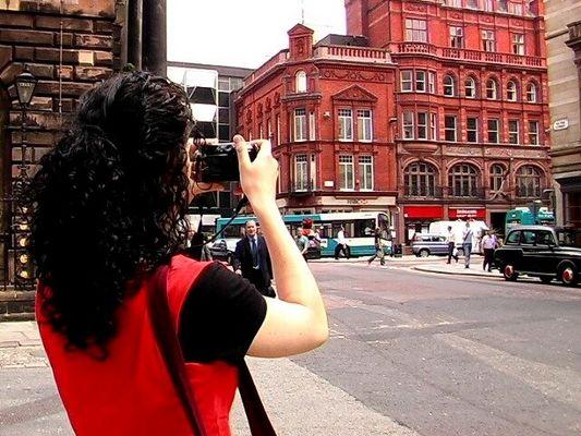 ...kravattenmaenner und touristen im weg...