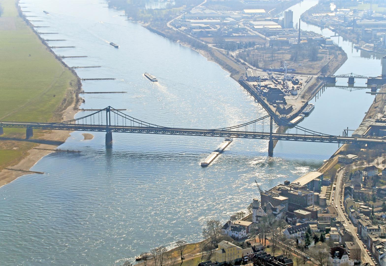 Krefelder Hafen mit Rheinbrücke