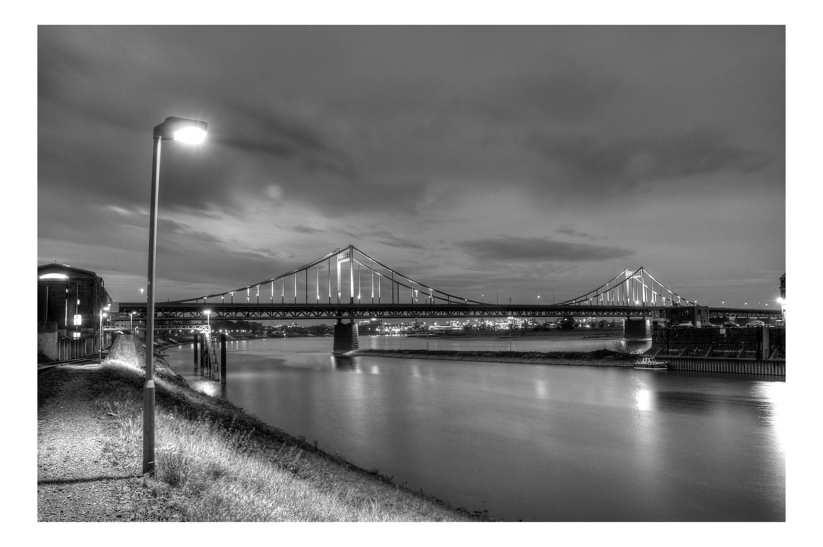 Krefelder Rheinbrücke bei Nacht