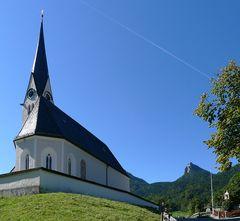 Kreuth - Kirche mit dem Leonhardstein im Hintergrund