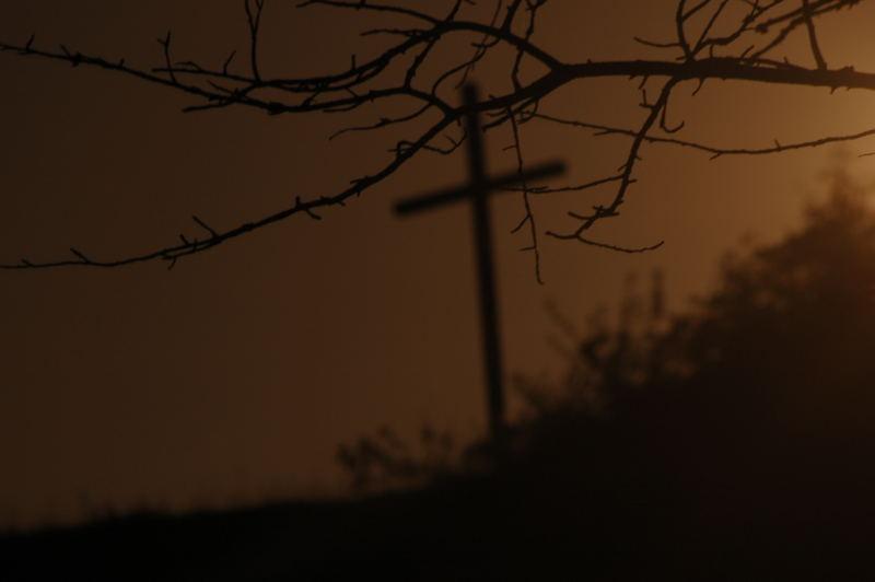 Kreuz am Rand der Dunkelheit