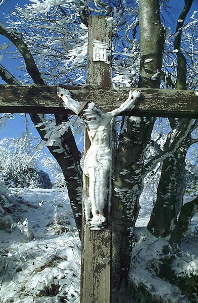 Kreuz am Wegesrand bei Eis,Schnee ,Sonne und Wind.