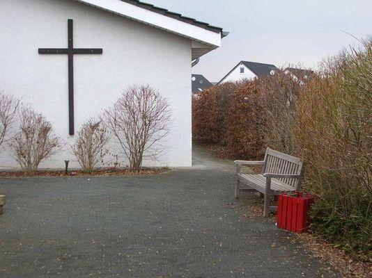 Kreuz, Bank und Mülleimer