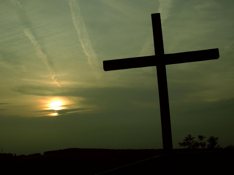 Kreuz im Abendlicht.