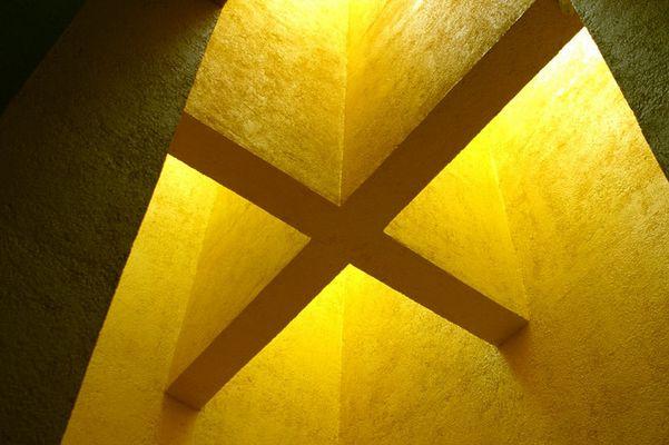 Kreuz in Gelb