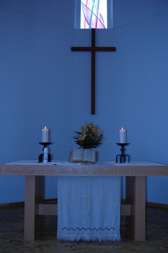 Kreuz und Altar