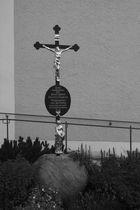 Kreuz vor Kulmainer Kirche