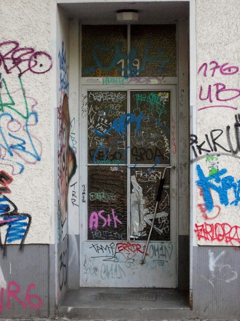 Kreuzberger Graffiti-Haustür