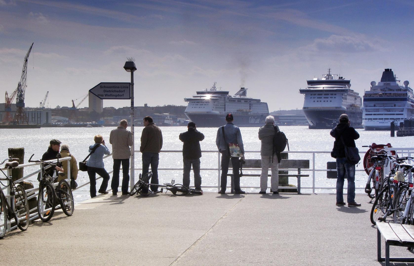 Kreuzfahrtfans beim Fotografieren