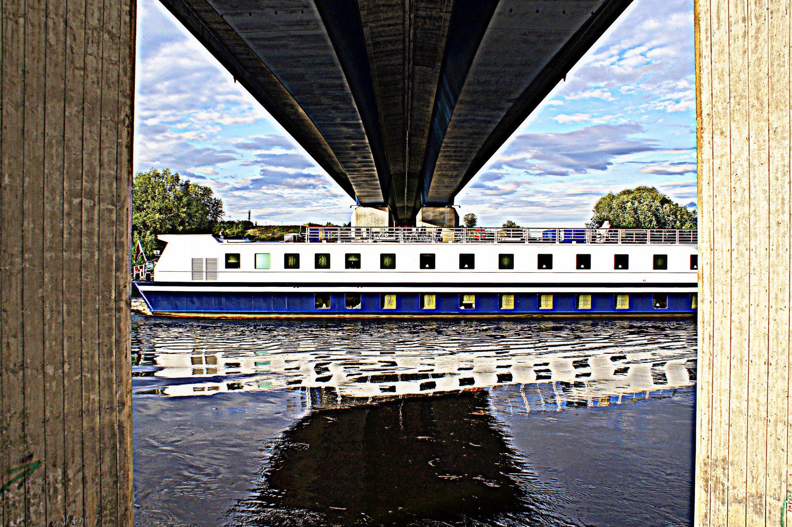Kreuzfahrtschiff auf der Elbe im HDR-Versuch