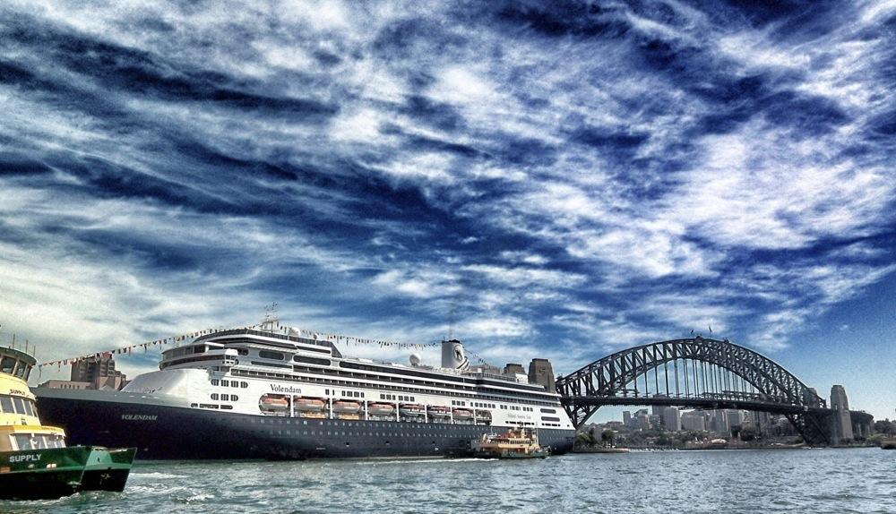 Kreuzfahrtschiff im Hafen von Sydney