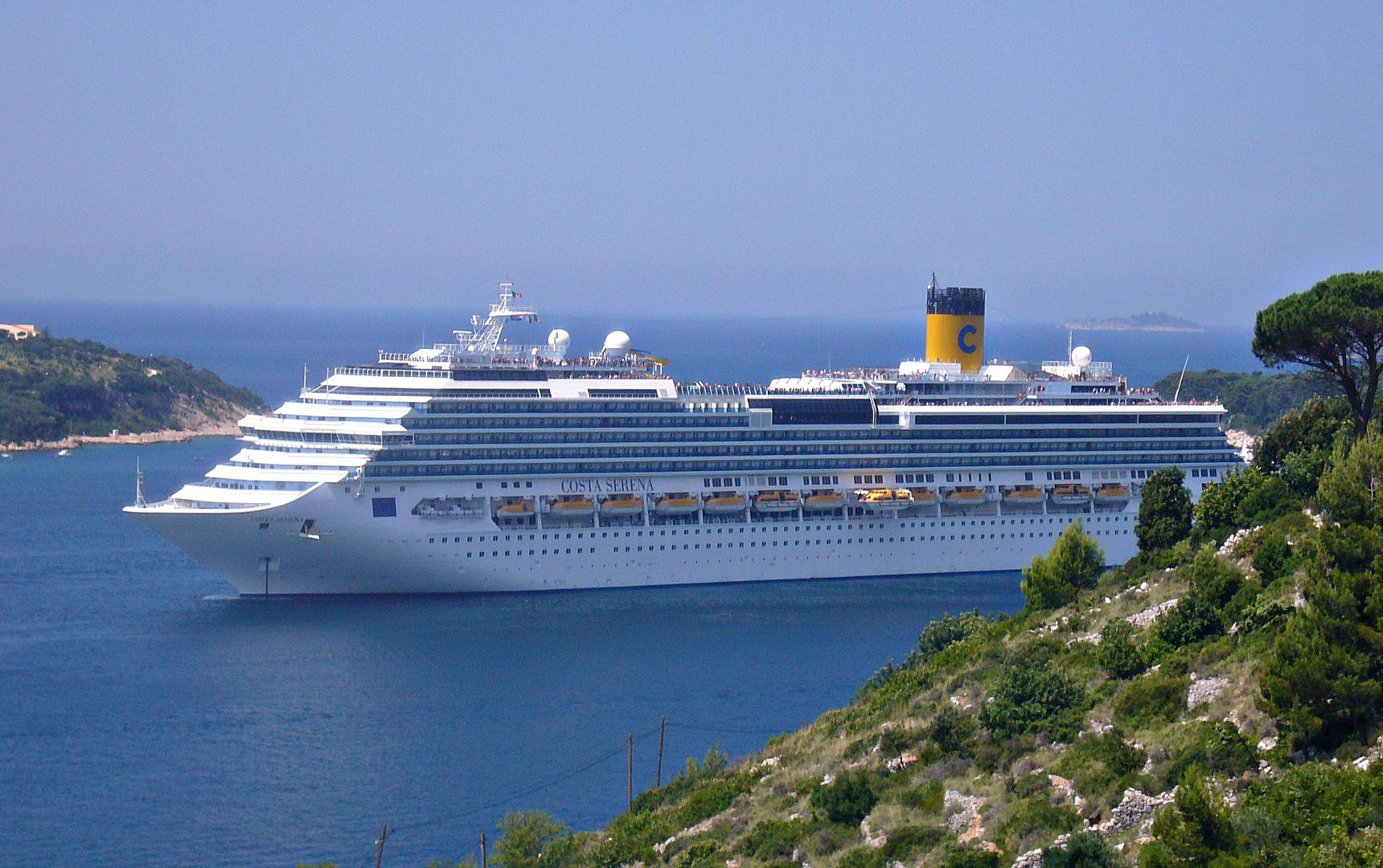 Kreuzfahrtschiff vor Dubrovnik